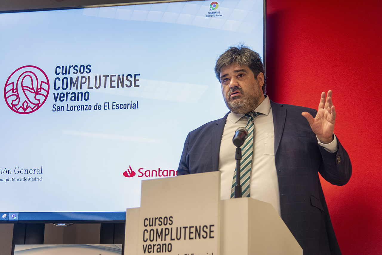 Adolfo Calatrava, director del curso, introdujo la conferencia del ministro