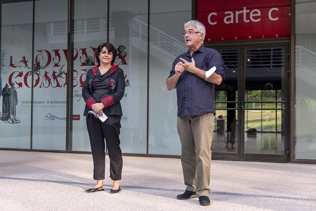 La vicerrectora de Cultura, Deporte y Extensión Universitaria, Isabel María García Fernández, y Juan Varela Portas, presidente de la Asociación Complutense de Dantología