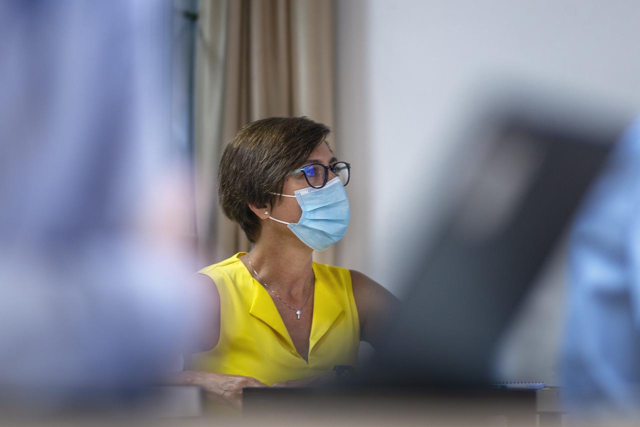 La directora general de la Guardia Civil, María Gámez escucha la conferencia de Grande-Marlaska