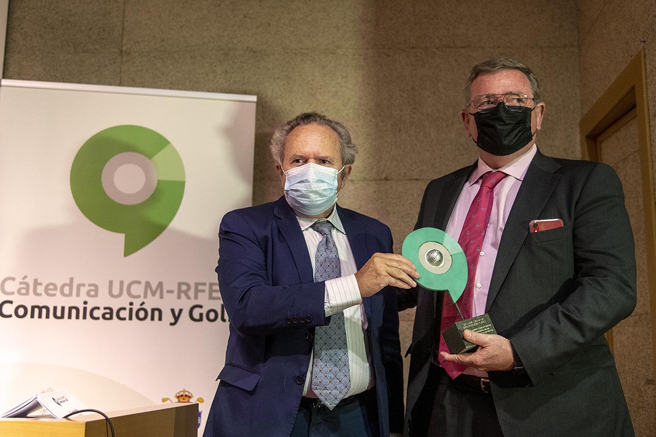 Enrique Gil Octavio de Toledo recibe su premio de manos del vicerrector Juan Carlos Doadrio
