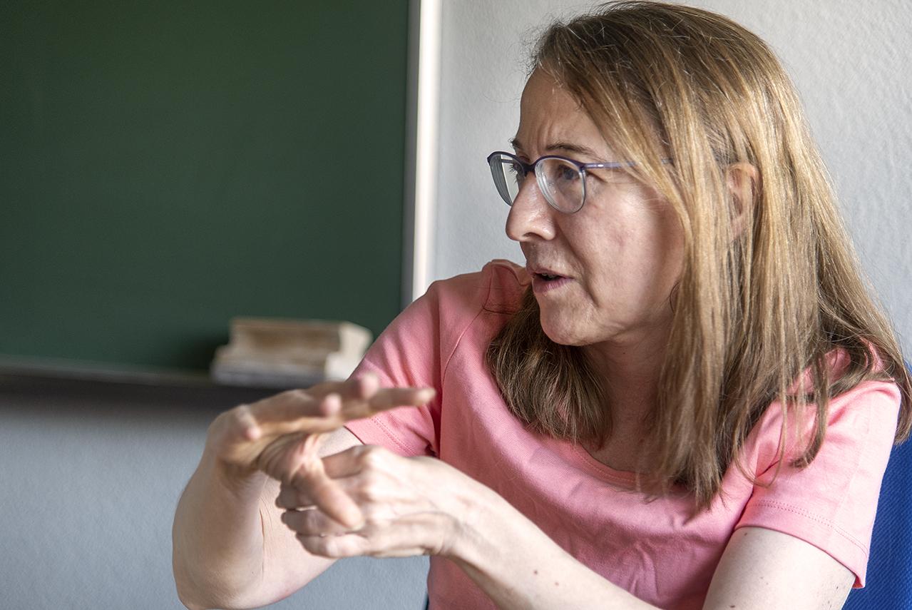 La profesora Ana Carpio, en su despacho de la Facultad de Matemáticas
