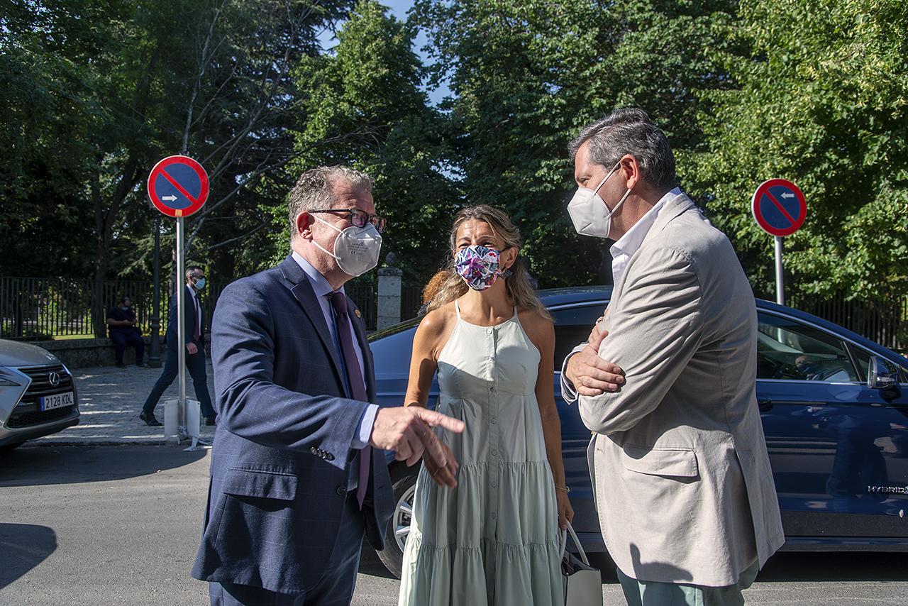 La ministra fue recibida por el director de la Fundación Complutense, Andrés Arias, y el director de los Cursos de Verano, Miguel Ángel Casermeiro