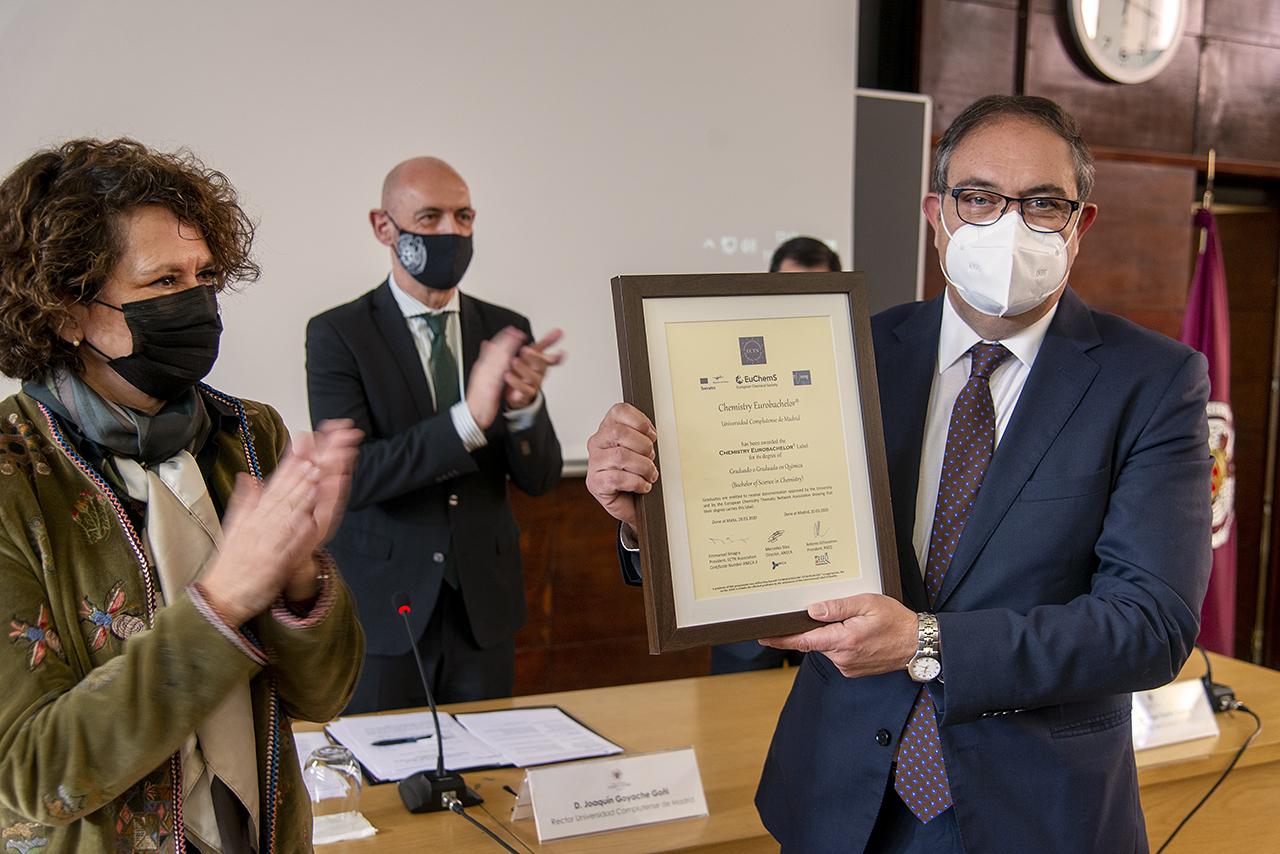 El decano de Químicas, Francisco Ortega, muestra uno de los sellos de calidad entregados a la Facultad por la ANECA