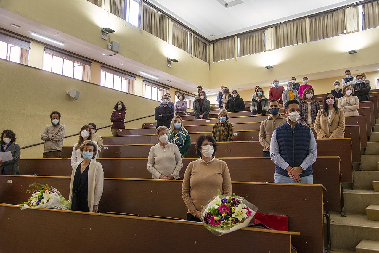 Momento final del acto académico con los asistentes en pie escuchando el Gaudeamus Igitur