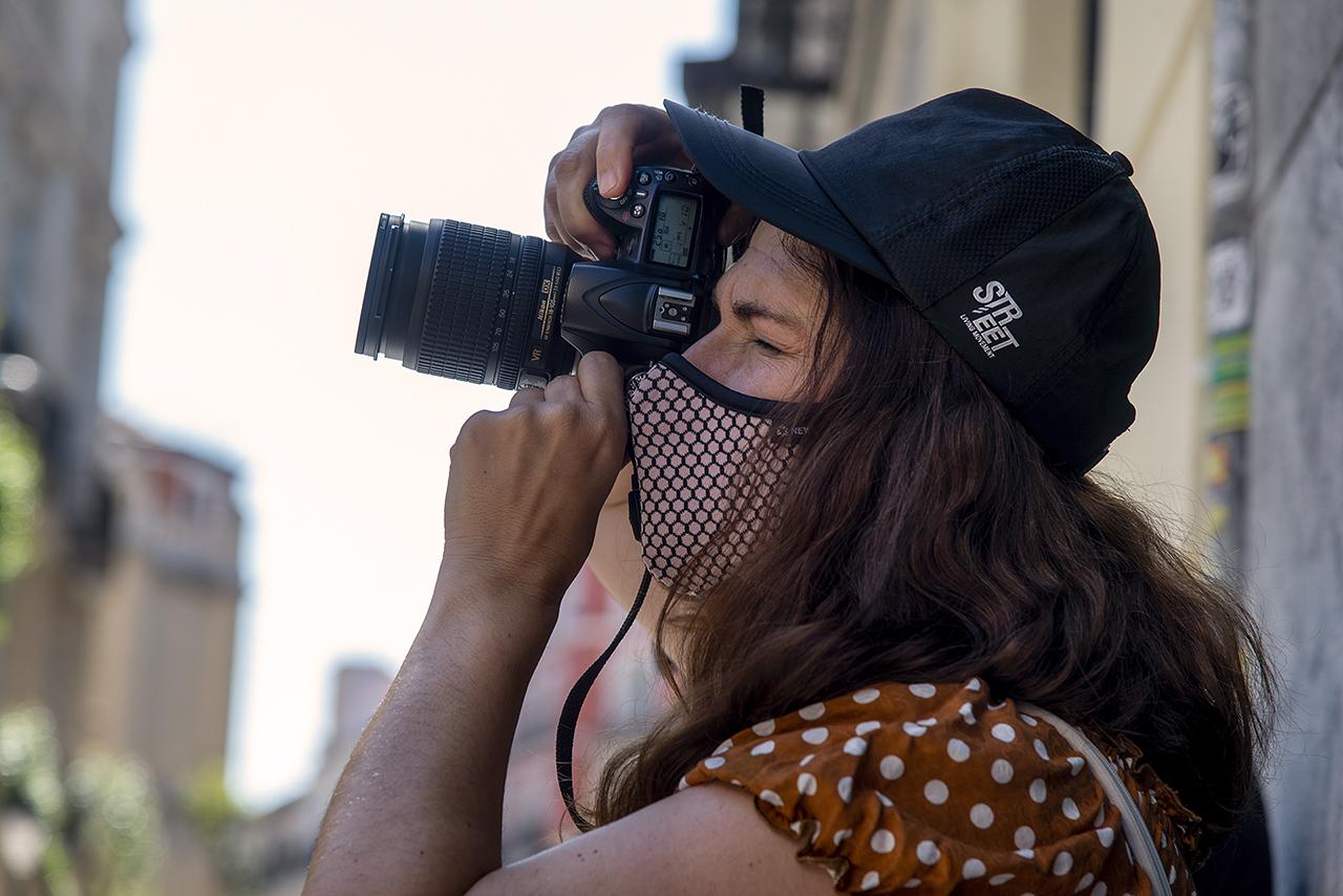 Una participante en el taller de fotografía de las jornadas Forma Urbis