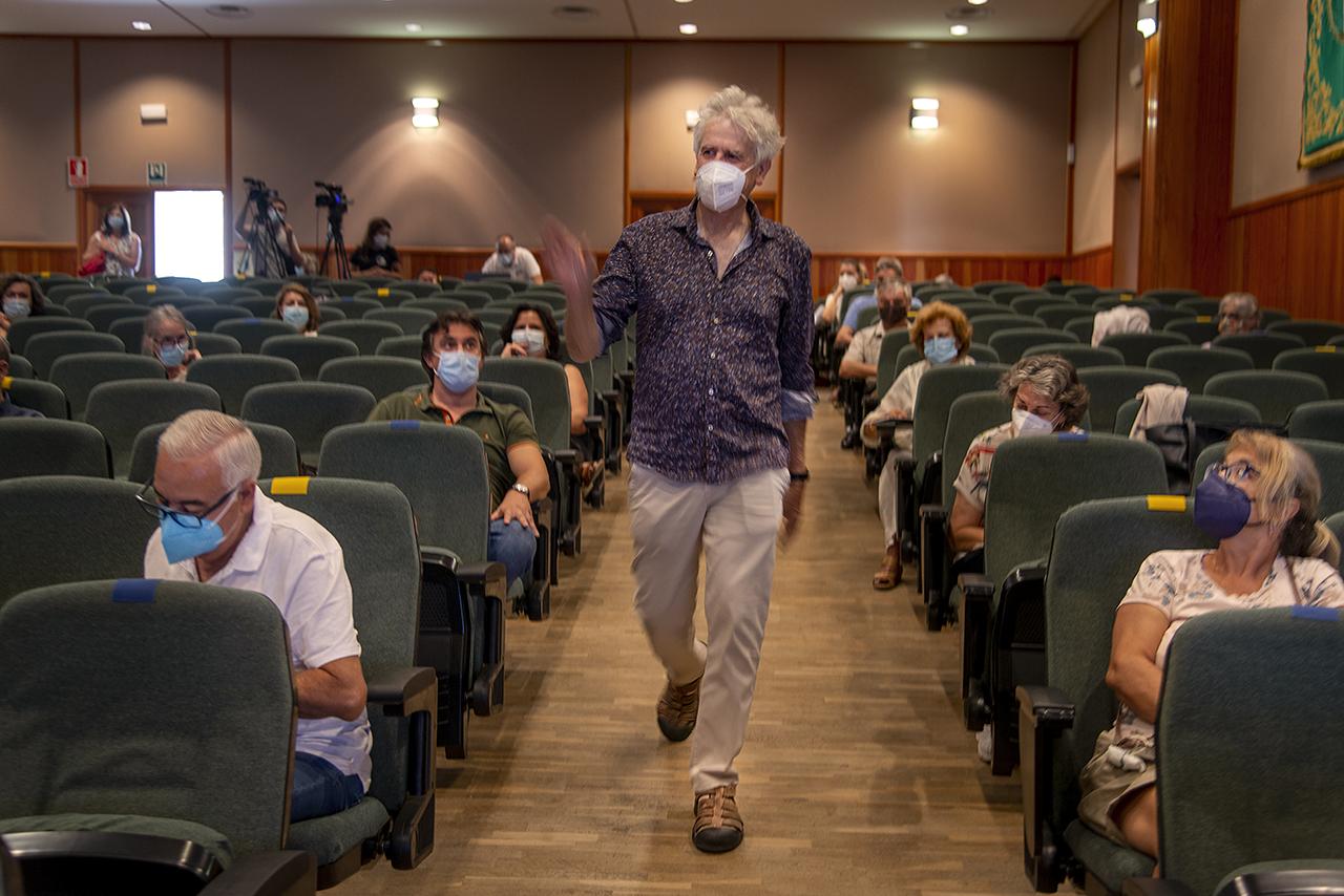 El catedrático complutense Juan Luis Arsuaga, a su llegada al aula