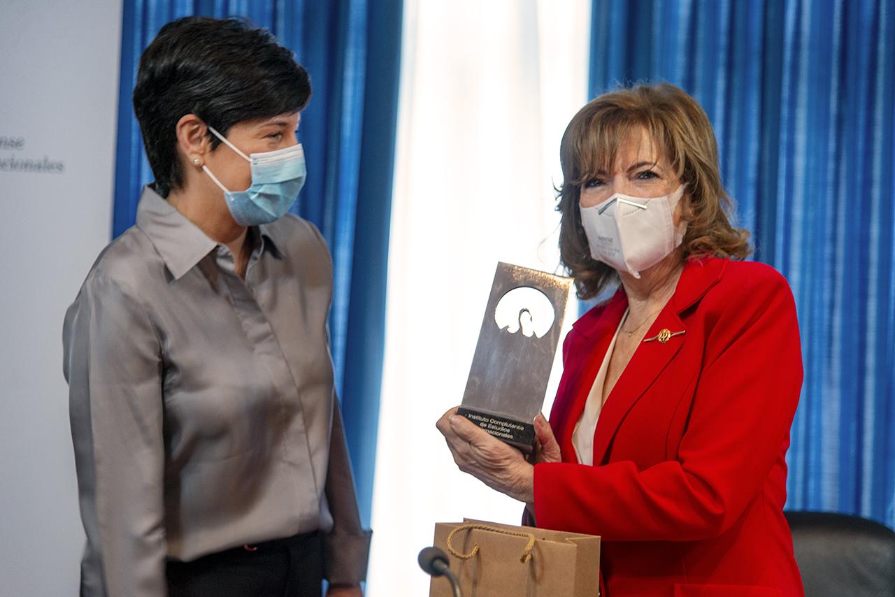 Padilla muestra el recuerdo del ICEI que le ha entregado Isabel Álvarez