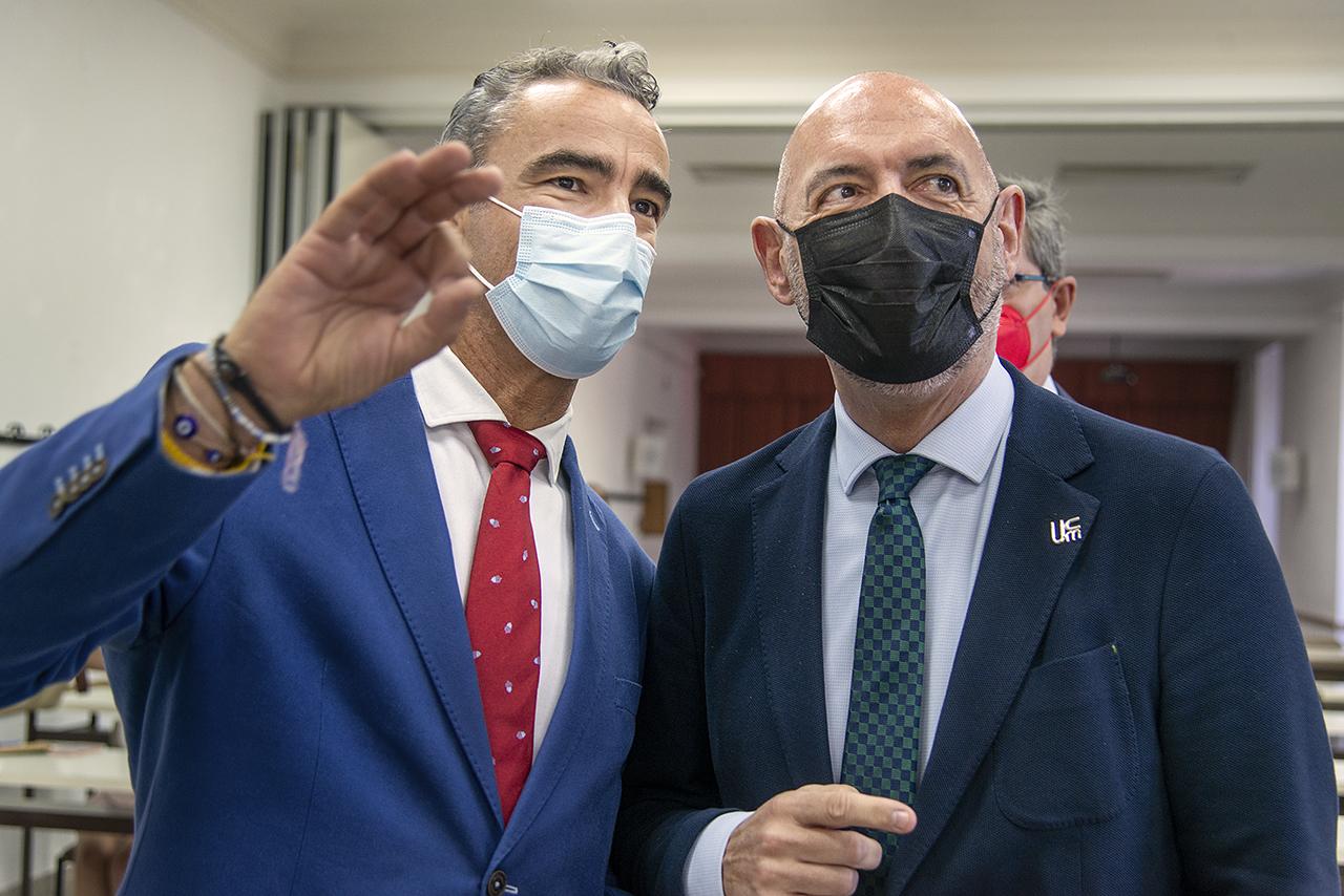 Bruno González Zorn y el rector de la UCM, Joaquín Goyache, profesores ambos de Sanidad Animal