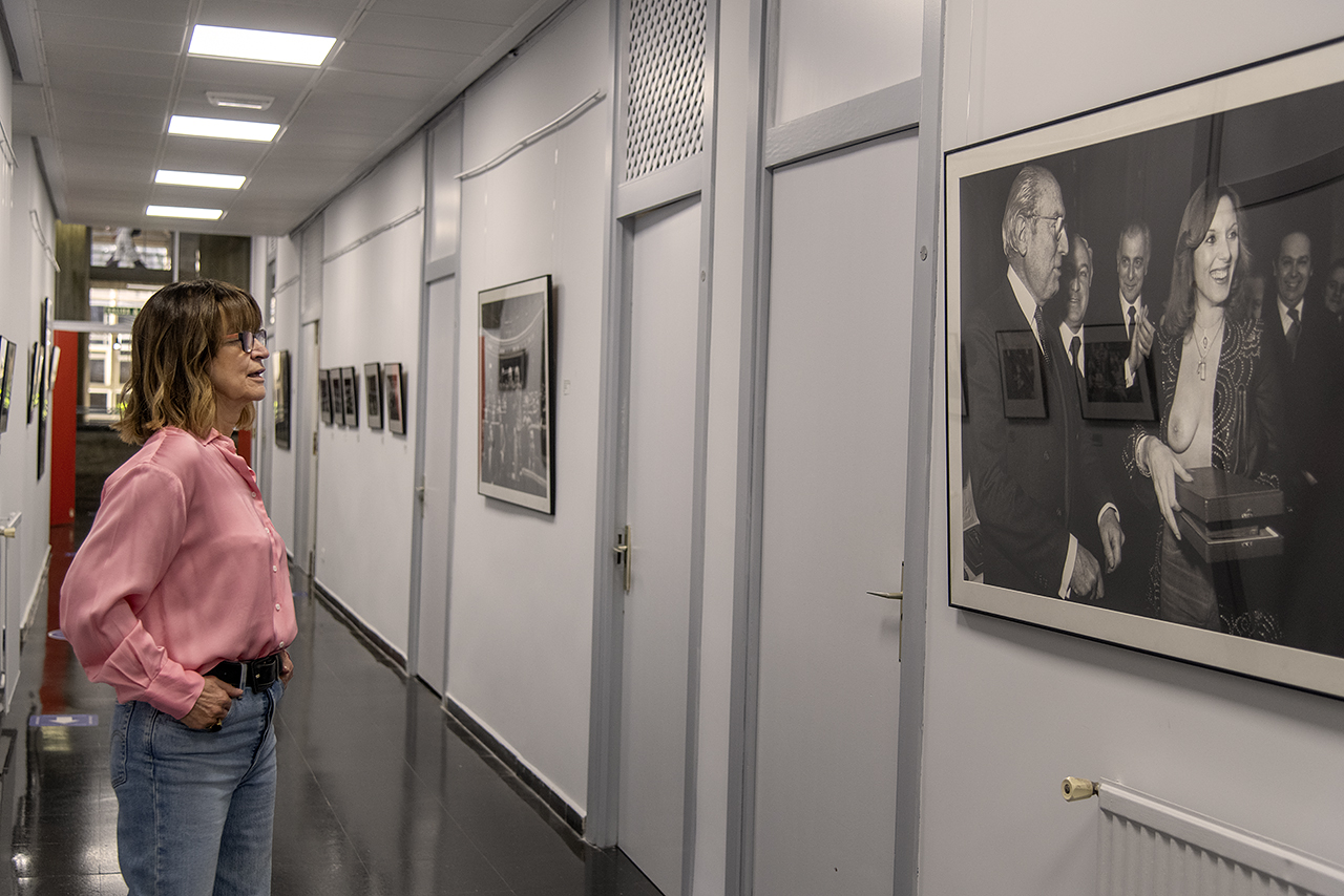 Marisa Flórez frente a una de sus fotografías más icónicas