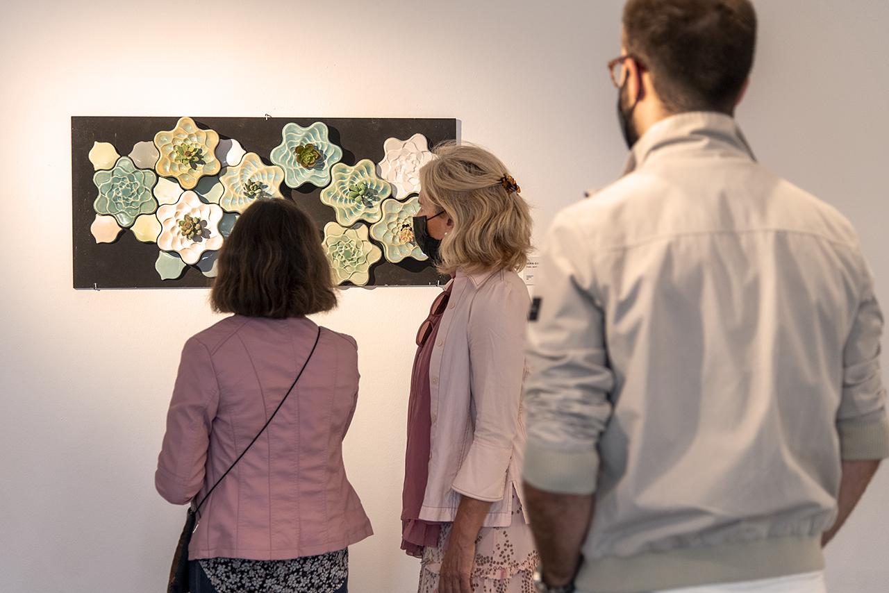 """Varios visitantes observan """"Kralo. Jardín vegetal para plantas crasas"""", de María Cabrera Pérez"""