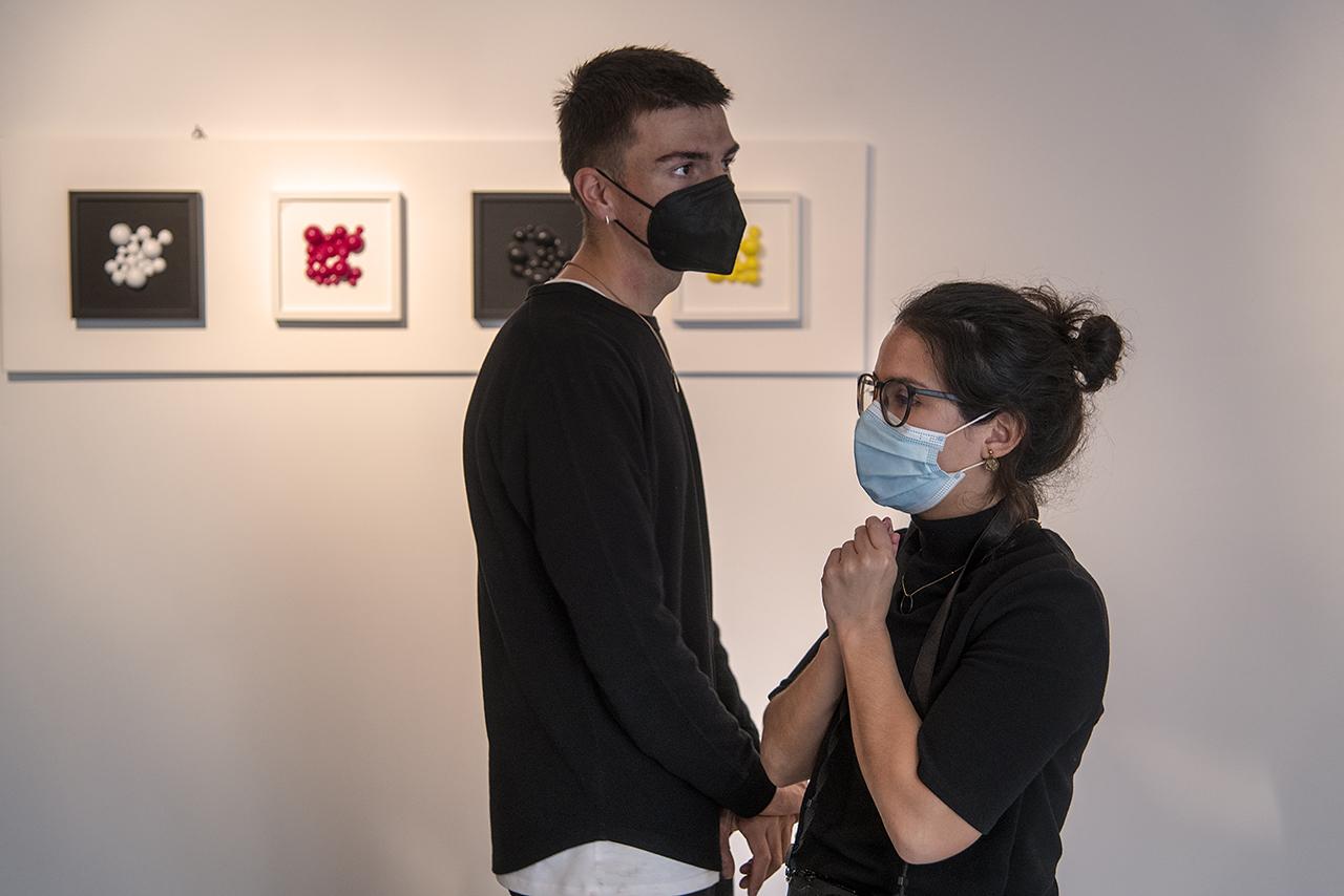 Visitantes de la muestra ante una de las propuestas de Iñaki Van den Brule Roldán