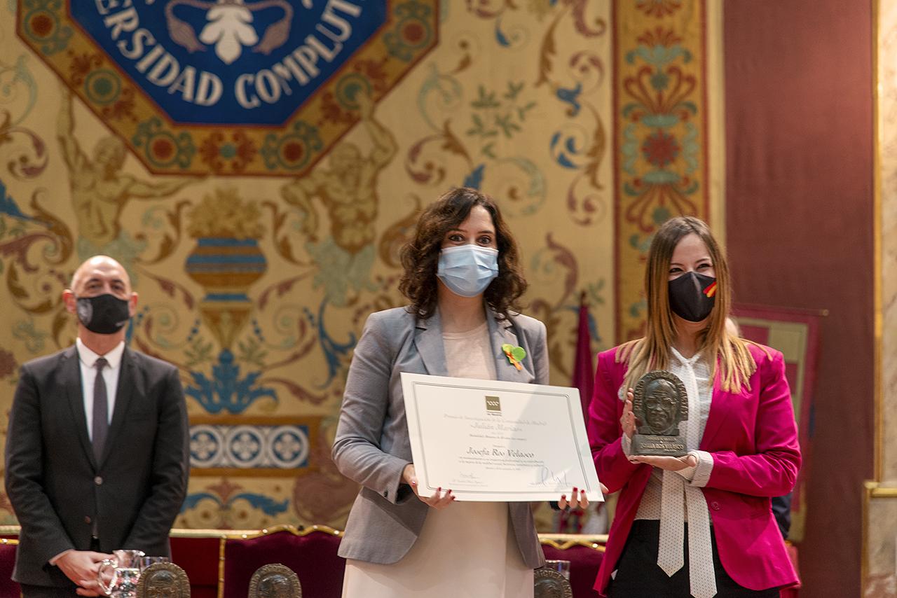 Isabel Díaz Ayuso, presidenta de la Comunidad de Madrid, entrega el premio a Josefa Ros