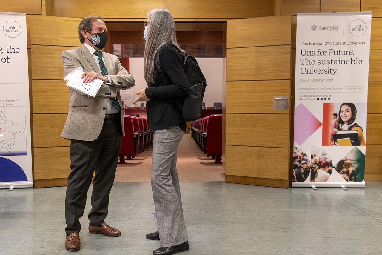El vicerrector de Relaciones Internacionales y Cooperación de la UCM mantiene una conversación antes de la inauguración del congreso