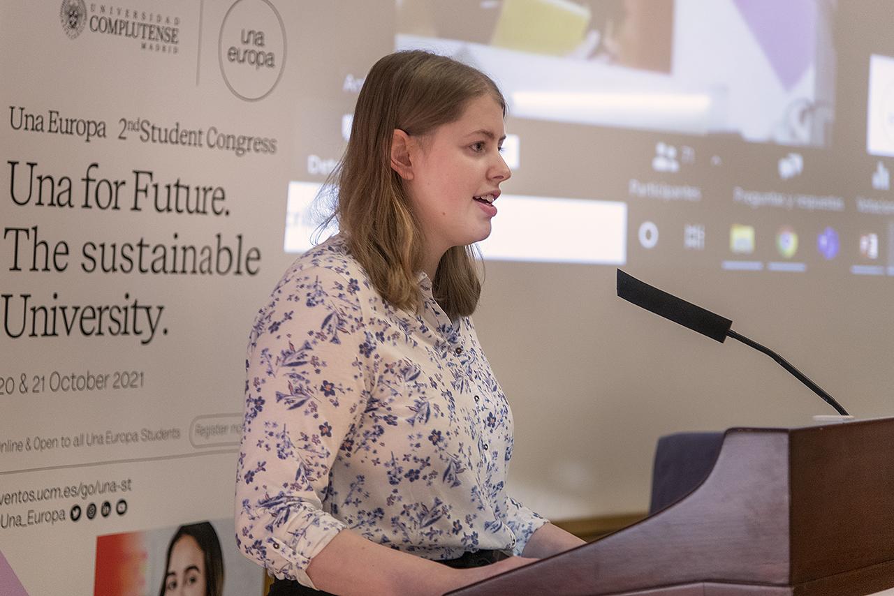 La presentadora del segundo congreso de estudiantes de Una Europa, Rachel Weller, alumna de la Universidad de Edimburgo