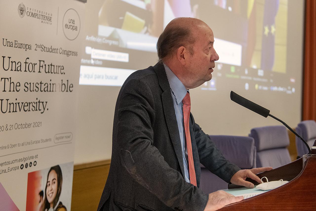 El decano de la Facultad de Odontología, Gonzalo Hernández