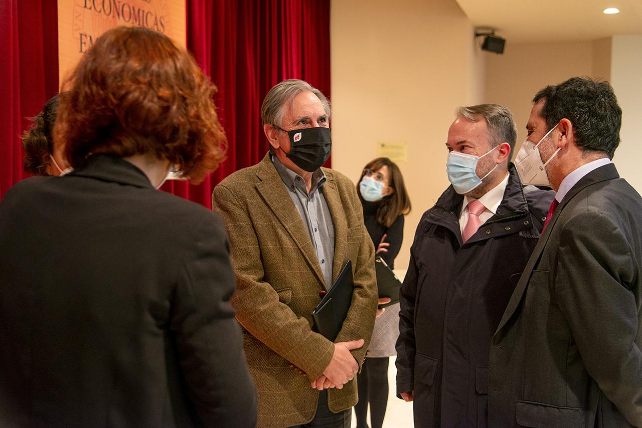 El vicerrector de Política Económica, José Ignacio López, segundo por la derecha, charla con los participantes