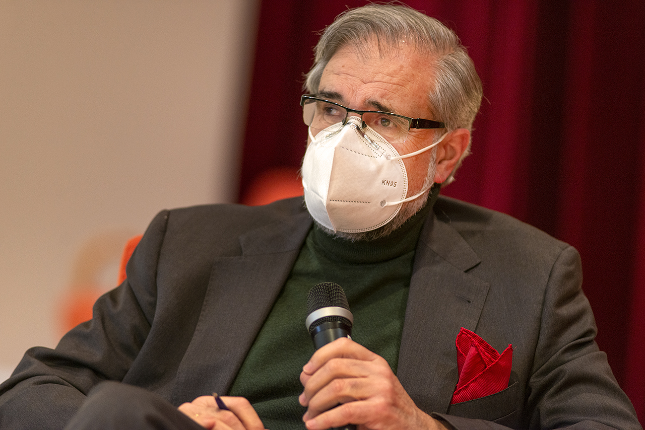 El profesor José Antonio Herce moderó las mesas de debate