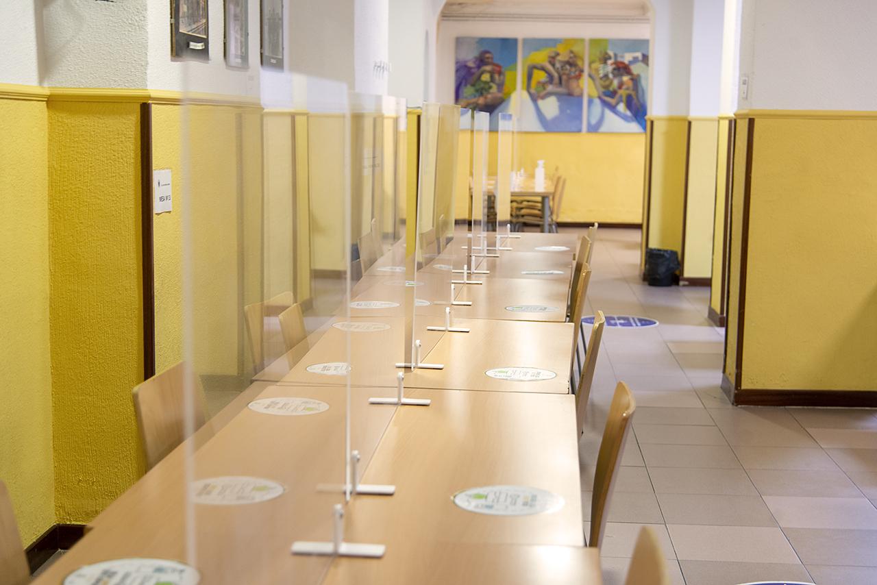 Las mesas de los comedores cuentan con mamparas de separación