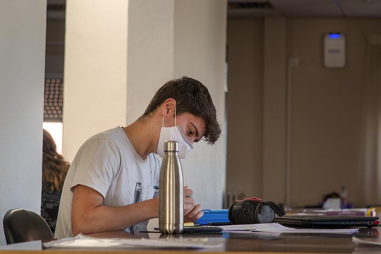 Un estudiante en la biblioteca del Santa María de Europa