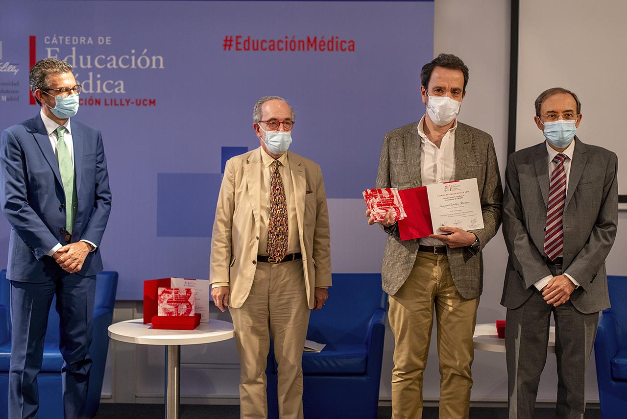 Fernando Caballero Martínez, decano de la Facultad de Ciencias de Salud de la Universidad Francisco de Vitoria, recibe el premio de la categoría de Grado