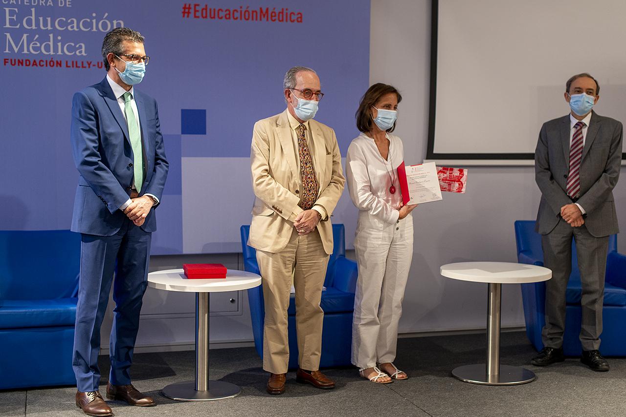 la decana de la Facultad de Medicina y Ciencias de la Salud de la Universidad de Alcalá, Lourdes Lledó García, recoge el premio de Posgrado