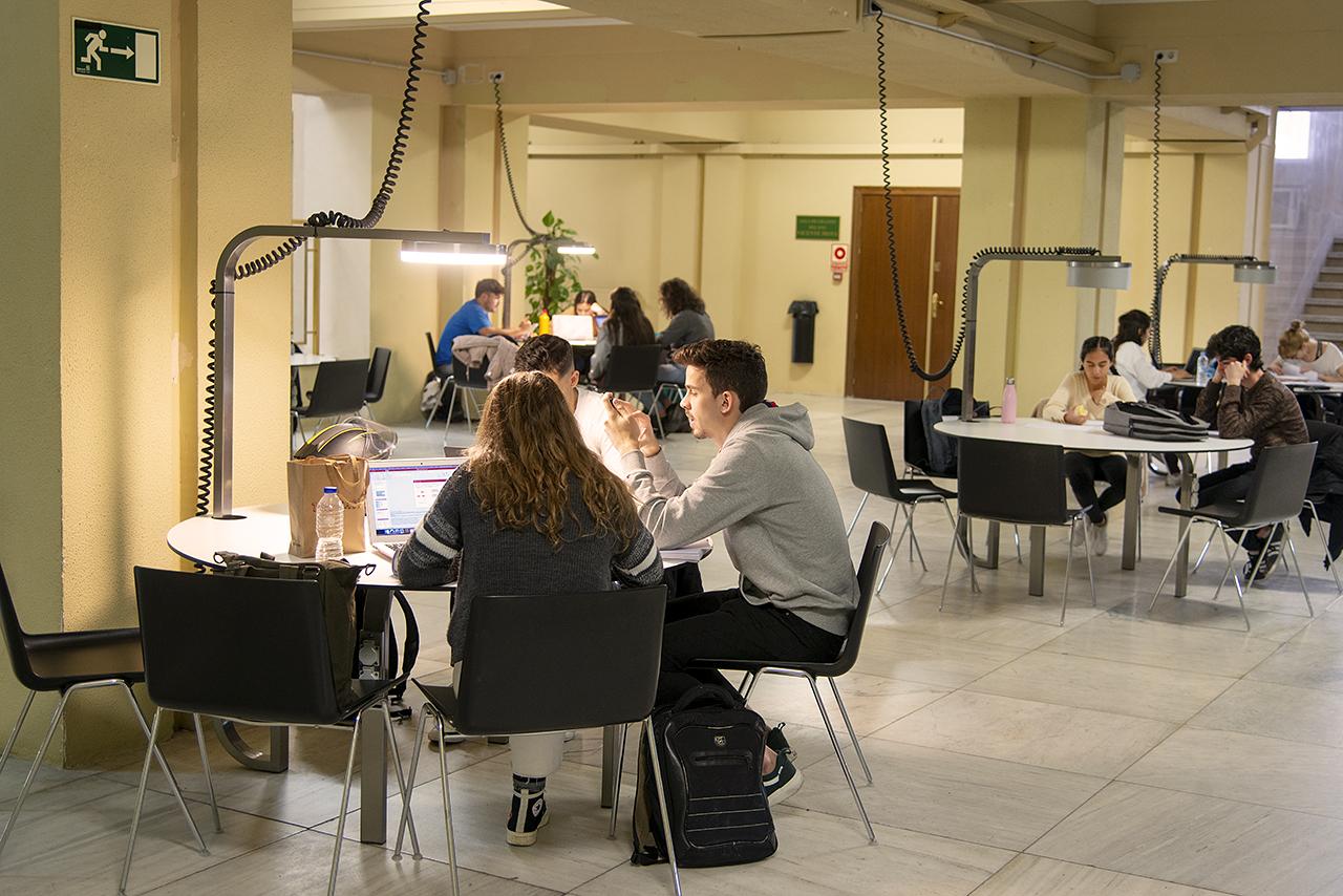 Fotografía de archivo de estudiantes en una zona de estudio de la Facultad de Medicina