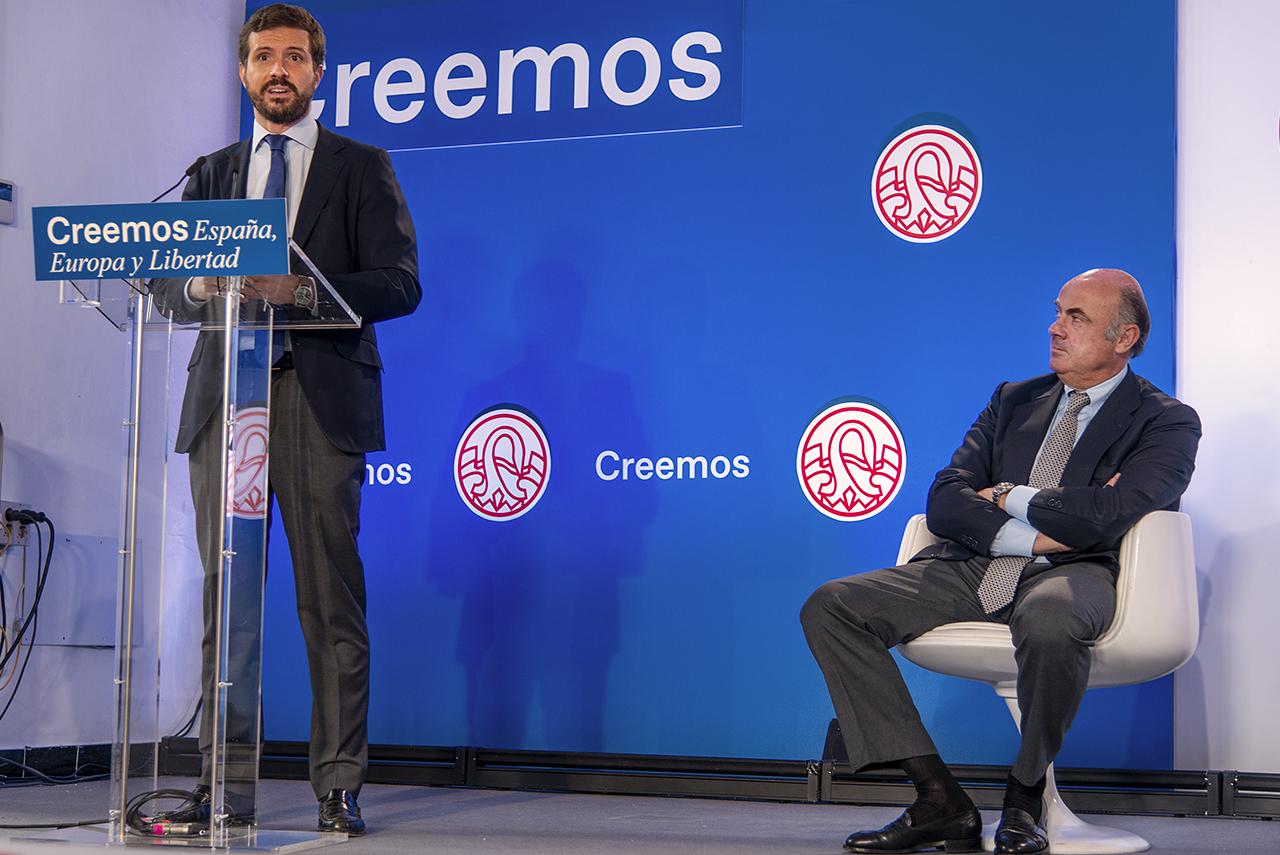 Luis de Guindos sigue la intervención de Pablo Casado