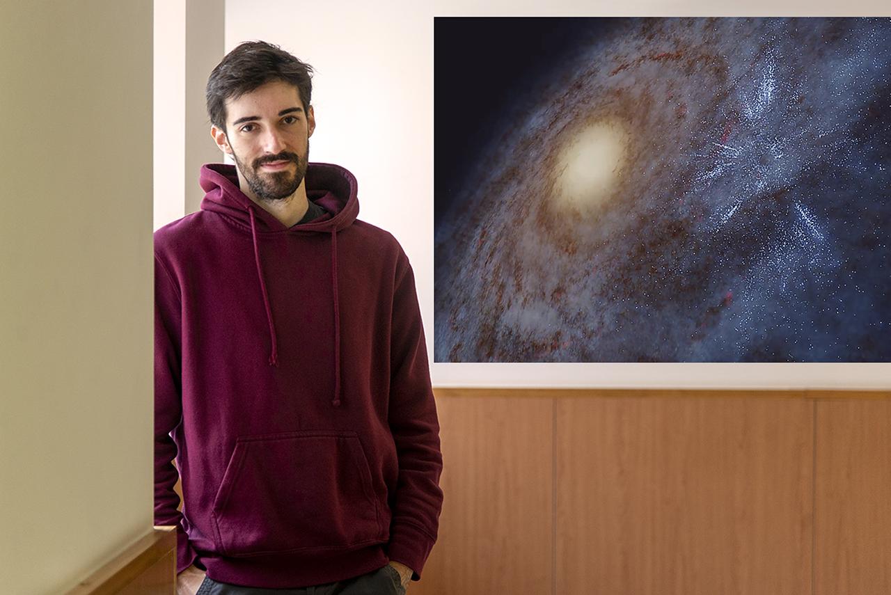 El estudiante Michelangelo Pantaleoni junto a una reproducción del espolón de Cefeo de nuestra galaxia