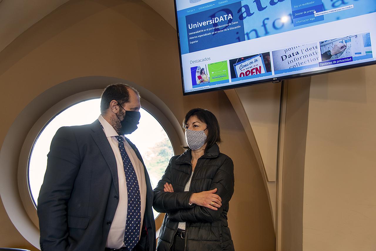 La secretaria general, Araceli Manjón, y el director del Centro de Inteligencia Institucional, José Arbués, lideran la participación complutense en el portal