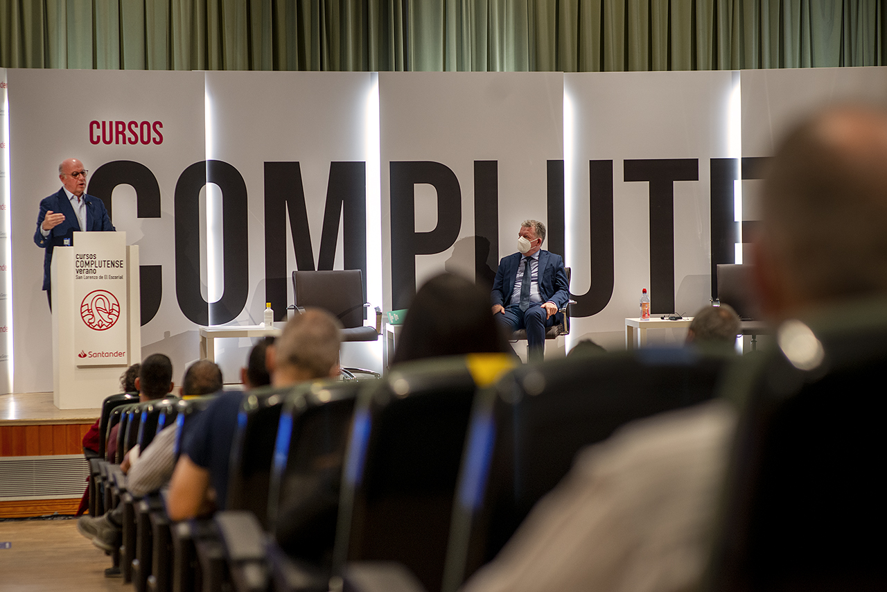 El aula magna del RCU María Cristina ha acogido la conferencia extraordinaria de Aldo Olcese