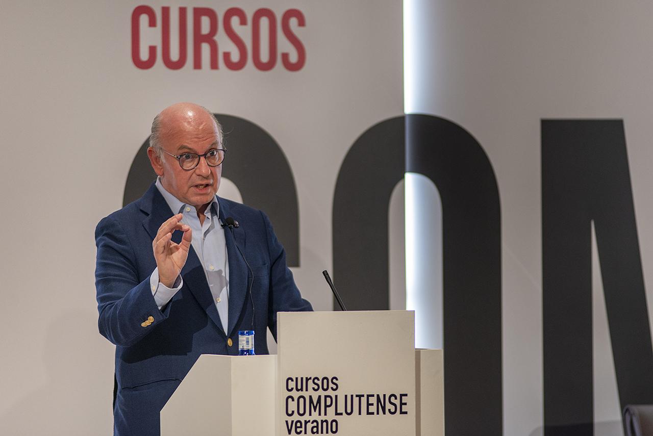 El economista Aldo Olcese inaugura las conferencias extraordinarias de esta edición de los Cursos de Verano