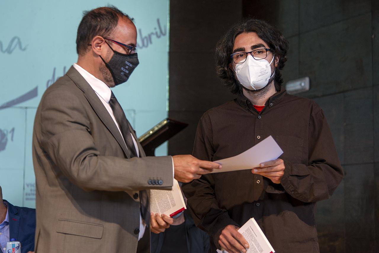 Eugenio Luján entrega el premio a Pablo Escudero