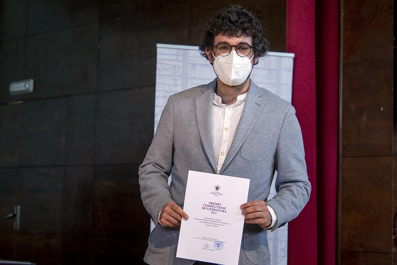 Juan Herrero posa con su diploma de ganador del premio de narrativa 2021