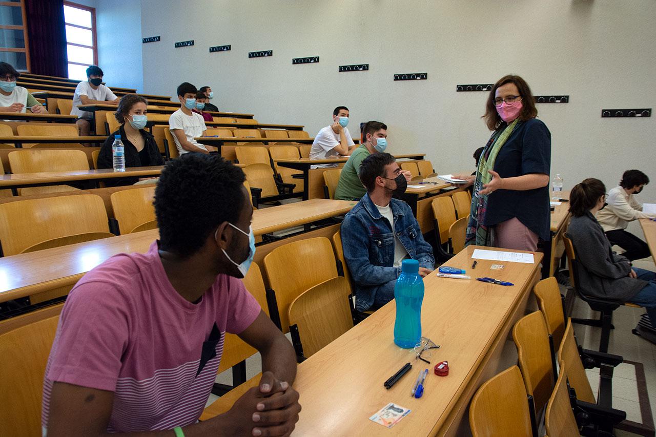 La vicerrectora Rosa de la Fuente charla con algunos estudiantes antes de iniciar la prueba