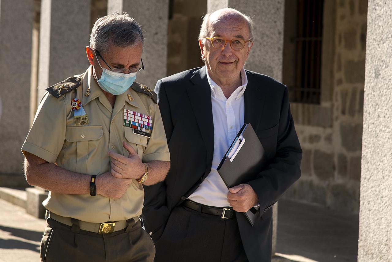 El general Francisco Javier Dacoba, director del Instituto Español de Estudios Estratégicos, dirige el curso en el que ha participado el ex ministro socialista