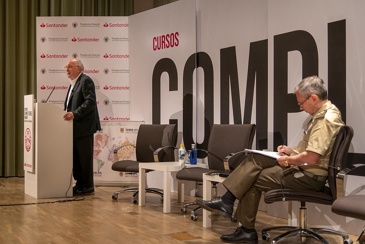 El general Dacoba sigue con interés la conferencia del ex vicepresidente de la Comisión Europea