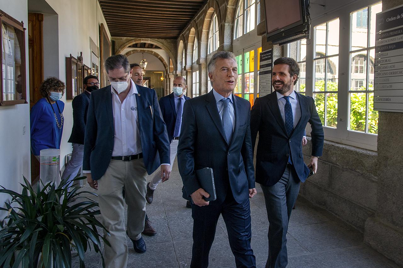 El director de los Cursos de Verano, Miguel Ángel Casermeiro, acompaña a Casado y a Macri hasta el aula