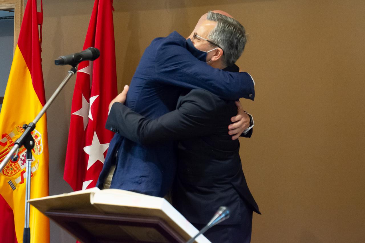 El rector y el decano se abrazan tras la firma del nombramiento