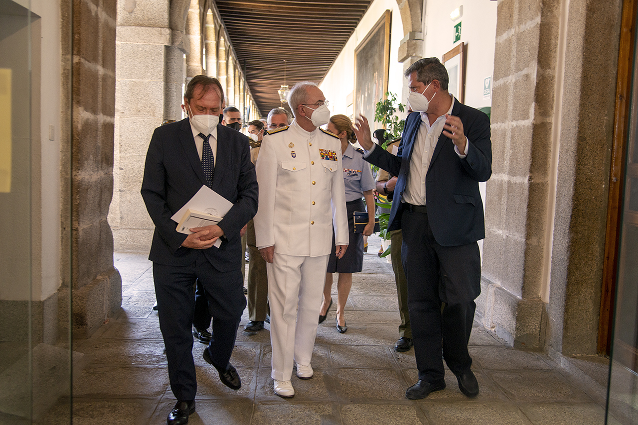 Dámaso López y Miguel Ángel Casermeiro acompañan a Teodoro López Calderón al aula para clausurar el curso