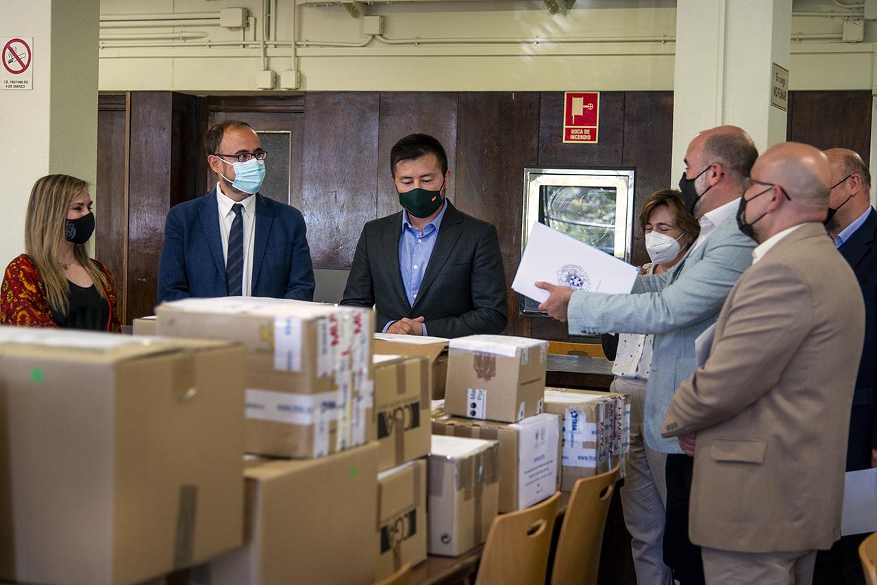 El representante de la Embajada de Afganistán recibió 44 cajas de libros