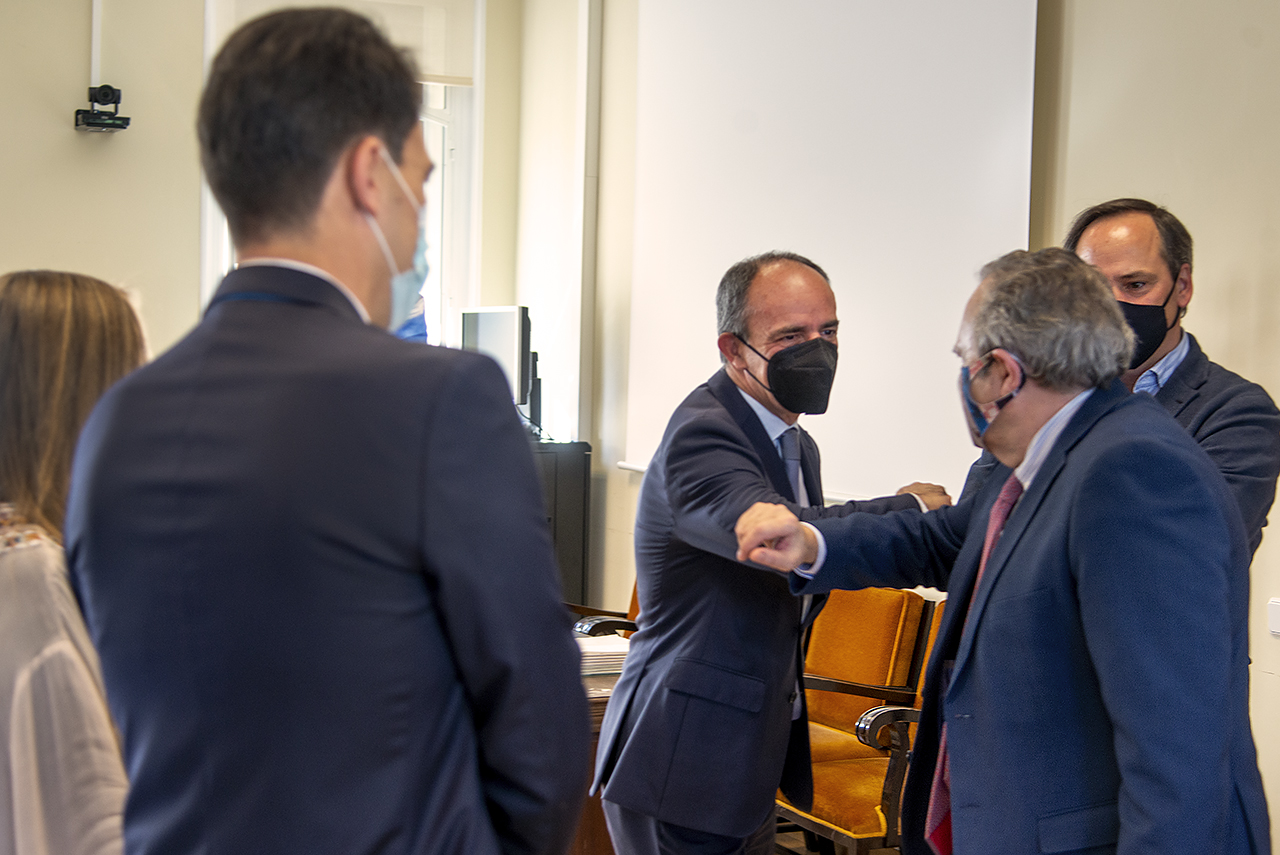 El presidente de Netmentora Madrid, Javier de la Morena, y el vicerrector de Relaciones Institucionales, Juan Carlos Doadrio, se saludan antes de firmar el convenio