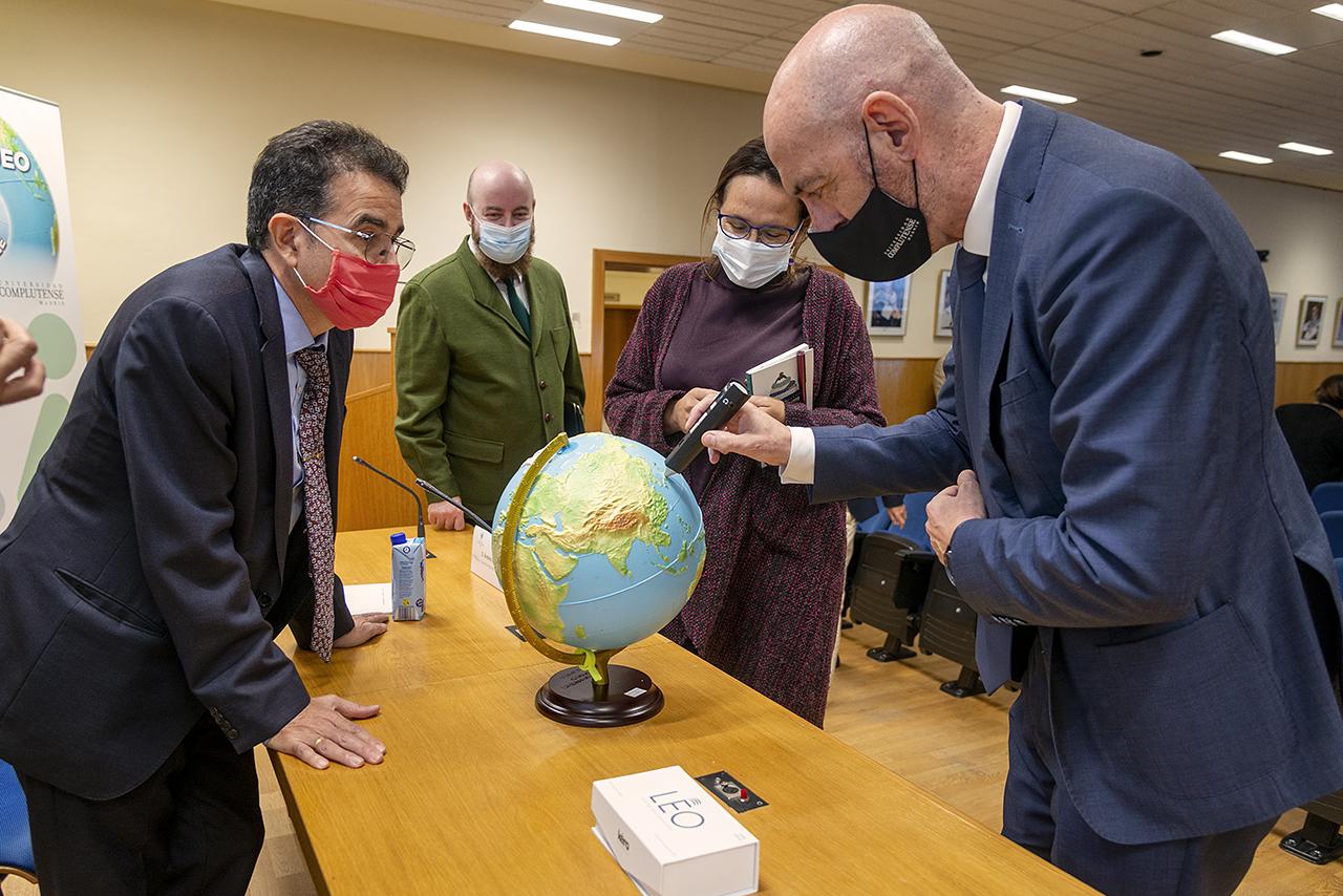 El rector utiliza el lapicero LEA, que informa a las personas con diversidad visual sobre el punto que localizan en el globo