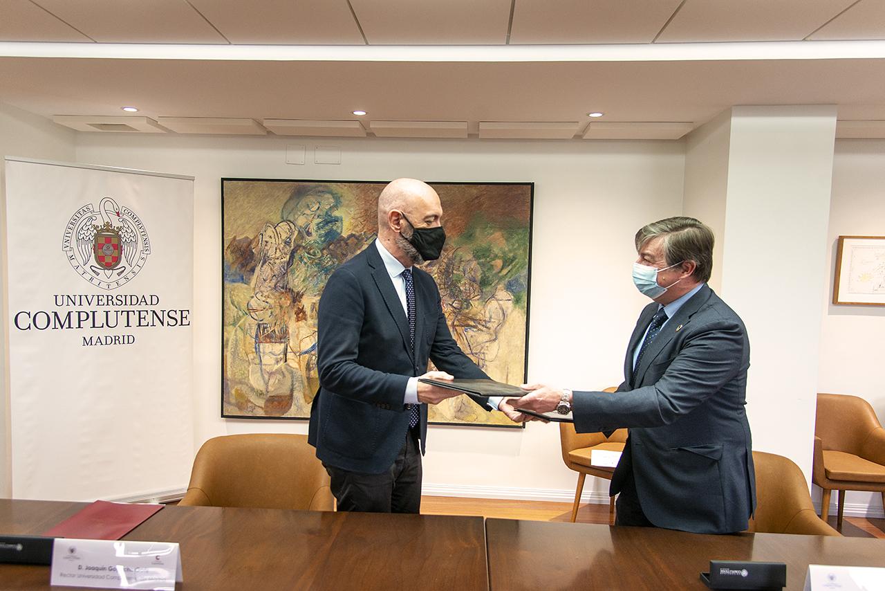 El rector complutense y el director de la Fundación Carolina intercambian los ejemplares firmados del convenio