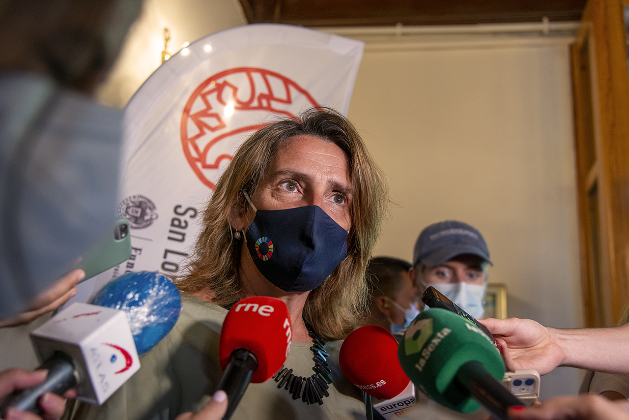Teresa Ribera atendió a los medios de comunicación a su llegada a los Cursos