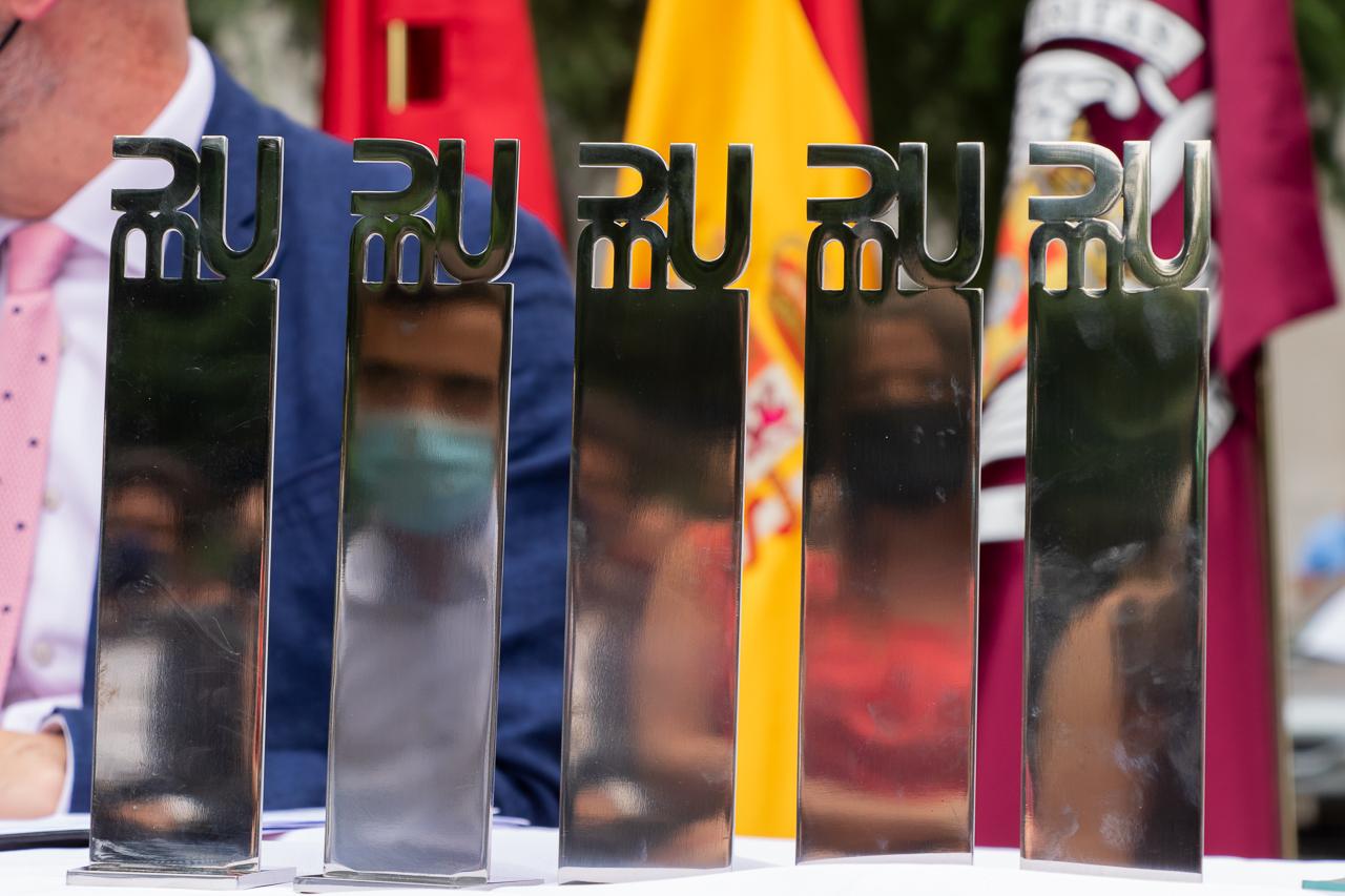 Los premiados recibieron las esculturas diseñadas por el profesor de la Facultad de Bellas Artes Horacio Romero