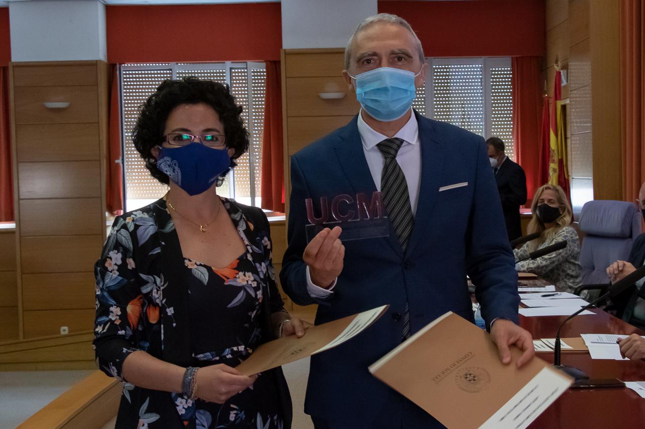 """María Vela-Pérez y Ángel Manuel Ramos, de  """"Los modelos matemáticos como herramienta clave en la lucha contra la pandemia de COVID-19"""""""