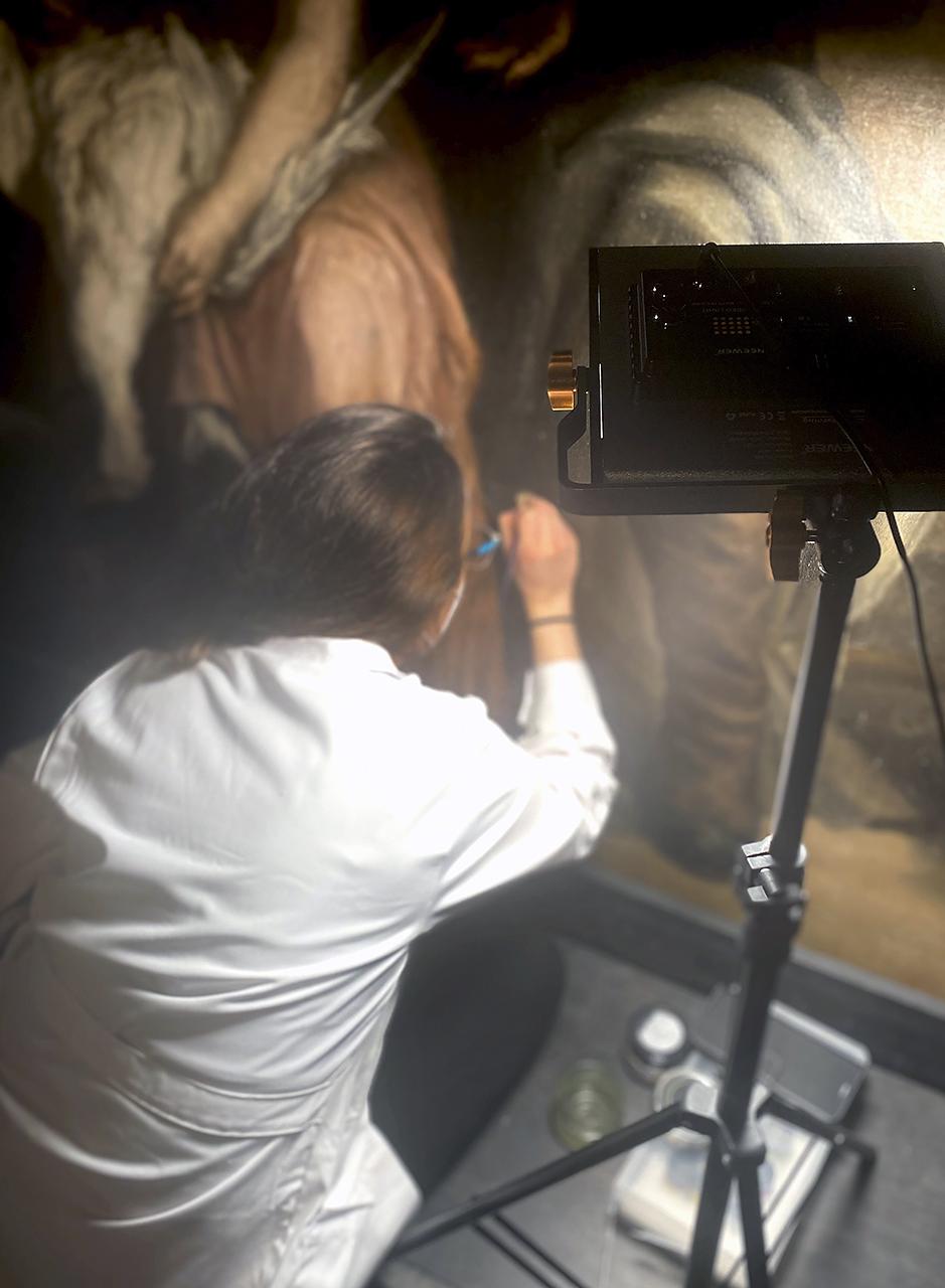 Momento de la reintegración cromática durante el proceso de restauración