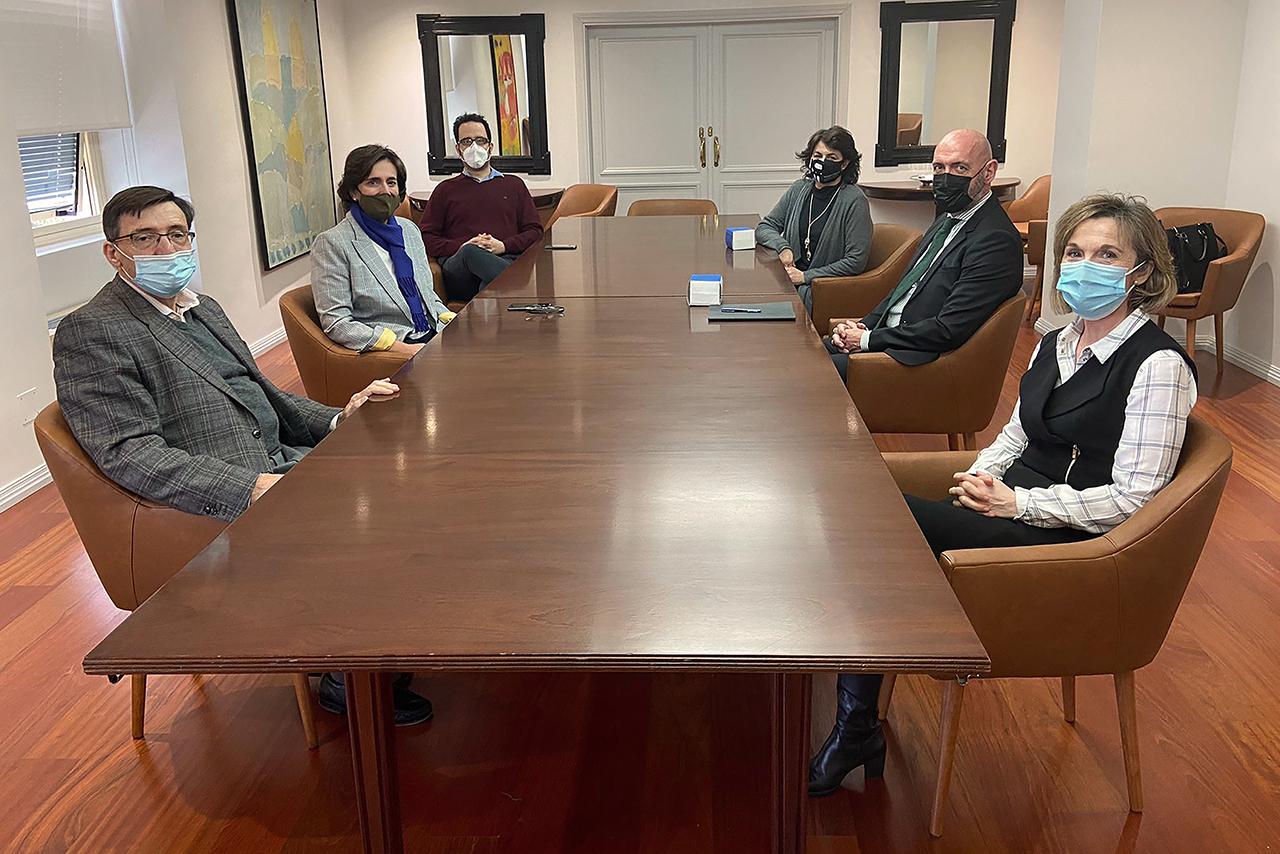 El rector Joaquín Goyache y la vicerrectora Isabel María García Fernández, reunidos con los responsables de la Cátedra Jean Monnet Modern Times