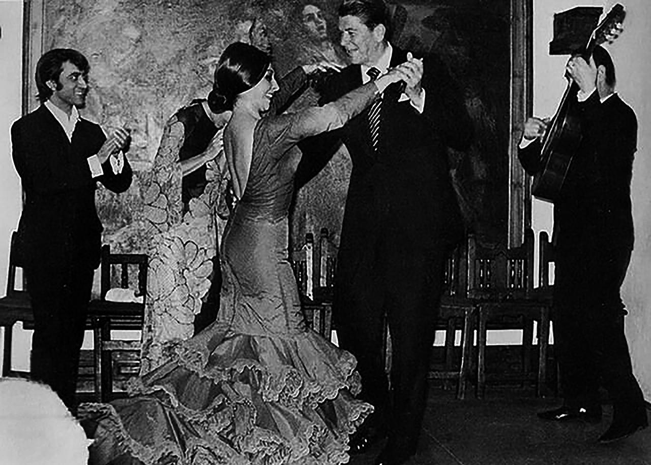 Ronald Reagan baila en el Corral de la Morería, frente al cuadro de Juan Barba