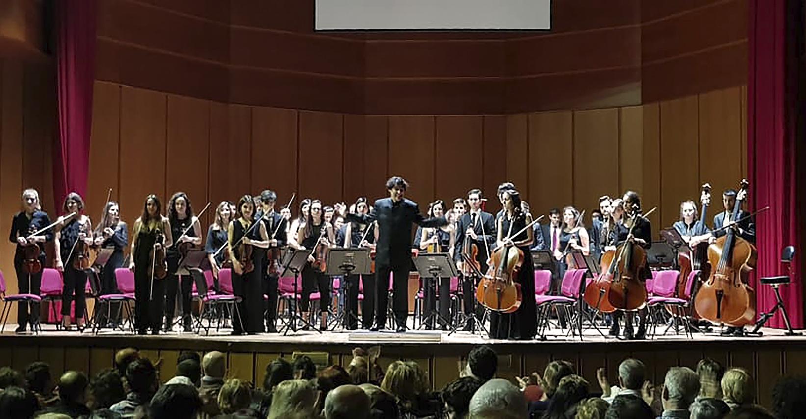 La Orquesta saluda al público tras una de sus actuaciones en la Facultad de Medicina